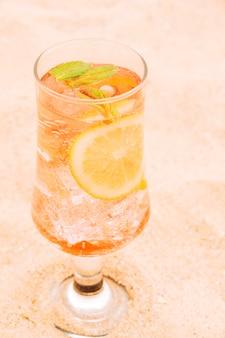 Copo de suco de laranja fresco com frutas cítricas e hortelã
