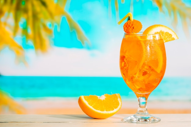 Copo de suco de laranja fresco e laranja fatiada