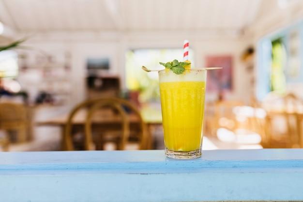 Copo de suco de laranja na mesa de um restaurante