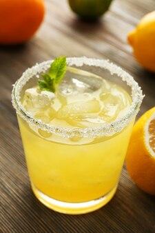 Copo de suco de limão na mesa de madeira, closeup
