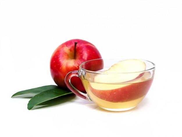 Copo de suco de maçã chá cyder com folha.