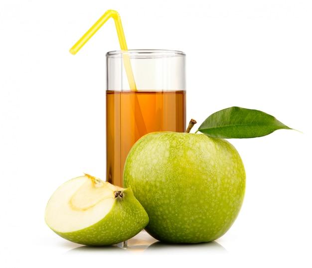 Copo de suco de maçã verde com frutas e fatias isoladas