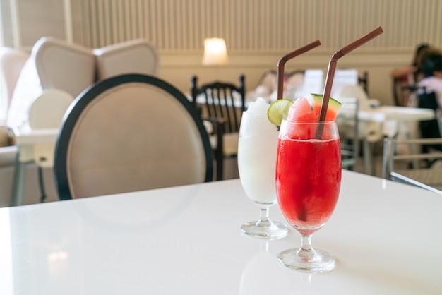 Copo de suco de melancia fresca na mesa de um café restaurante
