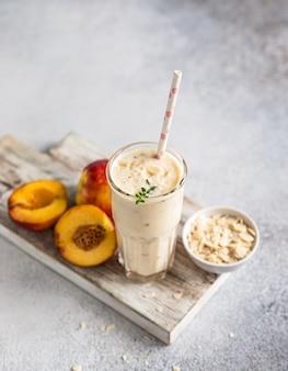 Copo de suco de nectarina coquetel de verão ou refresco de milk-shake conceito orgânico Foto Premium