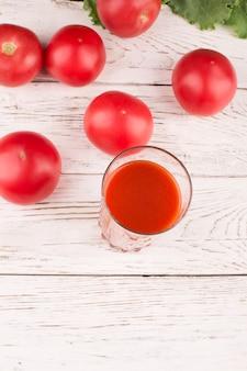 Copo de suco de tomate