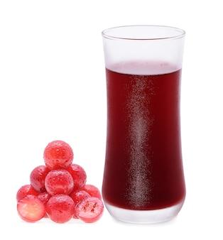 Copo de suco de uva isolado no branco
