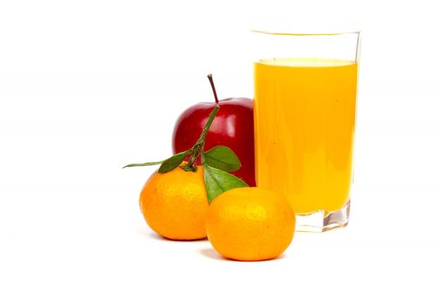 Copo de suco fresco com tangerinas e frutas de maçã no fundo branco