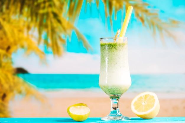 Copo de suco fresco exótico e fatias de frutas cítricas