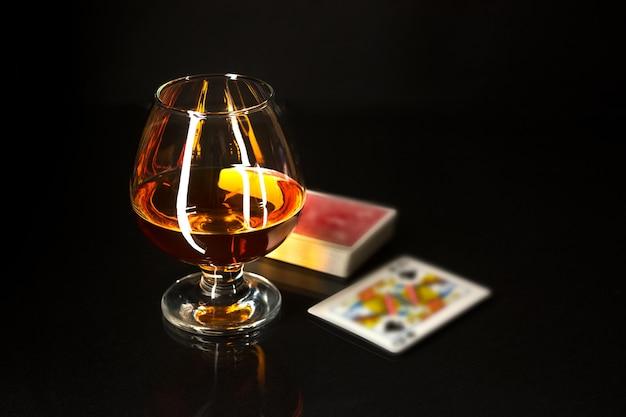 Copo de uísque e cartas de baralho