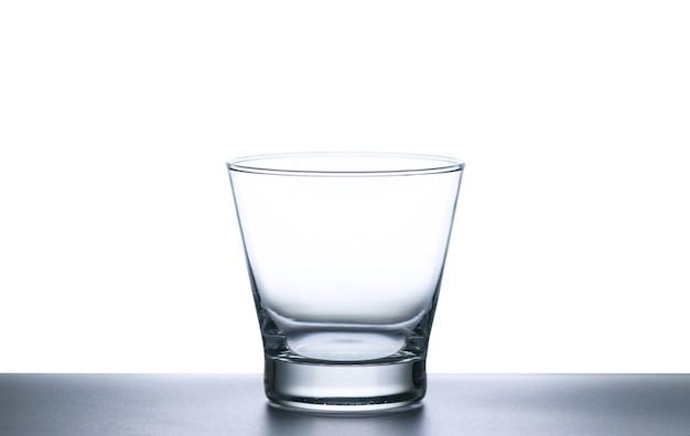 Copo de uísque isolado no fundo branco, conceito de vidro