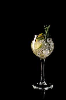 Copo de uma bebida cocktail frio com vinho branco