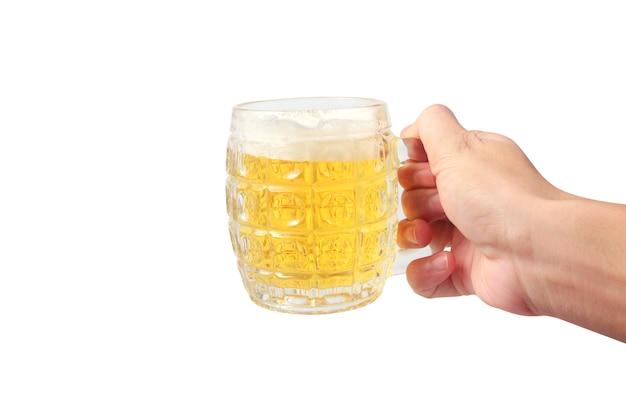 Copo de uma cerveja na mão isolado