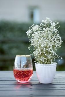 Copo de vidro com bebida vermelha