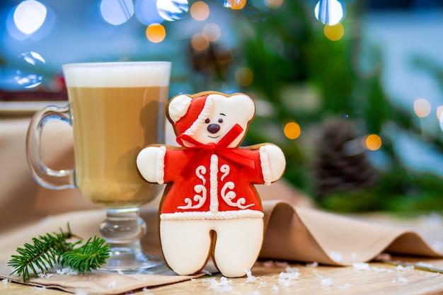 Copo de vidro delicioso cappucino com biscoito de gengibre de urso de pelúcia de natal