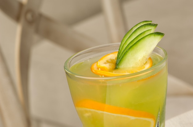 Copo de vidro transparente com suco e limão