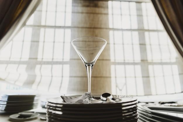 Copo de vidro vazio na mesa do restaurante