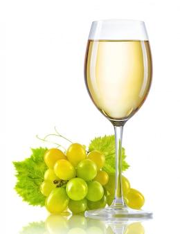 Copo de vinho branco e um cacho de uvas maduras isolado