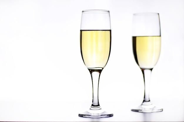 Copo de vinho branco em uma mesa em um fundo branco isolado