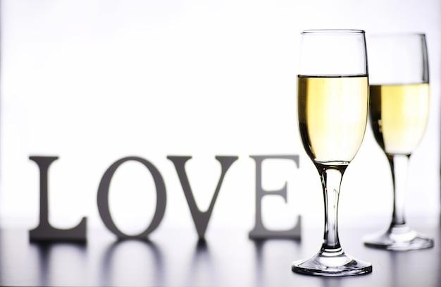 Copo de vinho branco em uma mesa sobre um fundo branco isolado