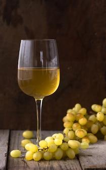 Copo de vinho branco na adega. vinho branco velho na madeira.