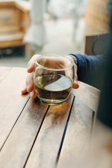 Copo de vinho branco na mesa de madeira vintage em restaurante