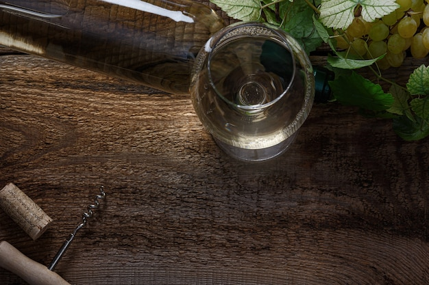 Copo de vinho branco na mesa de madeira vintage. vista do topo.