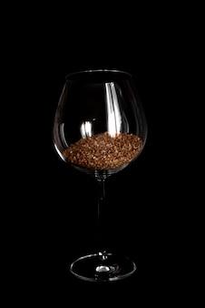 Copo de vinho cheio de trigo sarraceno