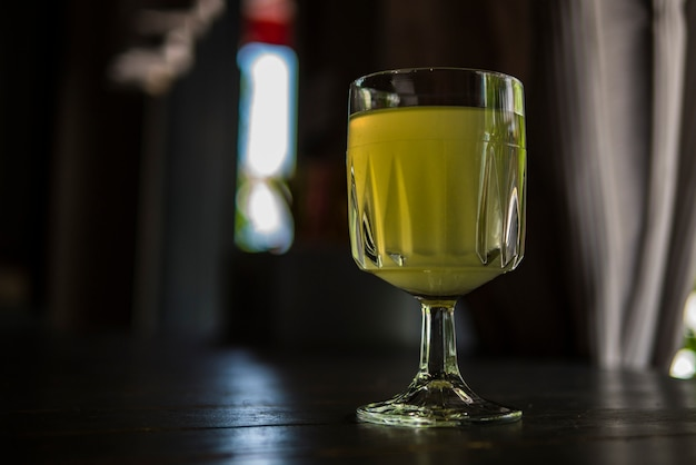 Copo de vinho com limonada em um café de verão