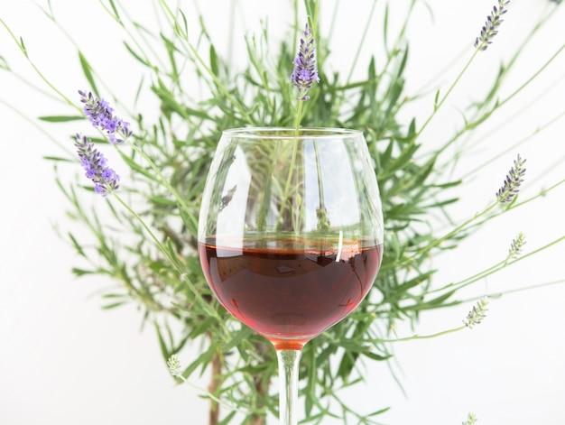Copo de vinho com mato de lavanda.