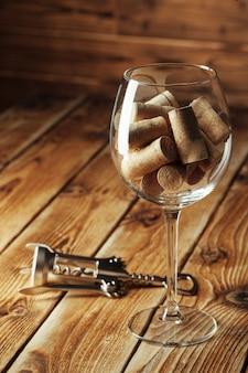 Copo de vinho com rolhas para dentro