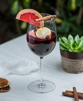 Copo de vinho com toranja de canela e outras frutas
