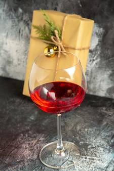 Copo de vinho com vista frontal no escuro