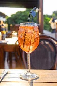 Copo de vinho de cocktail frio aperol spritz na mesa