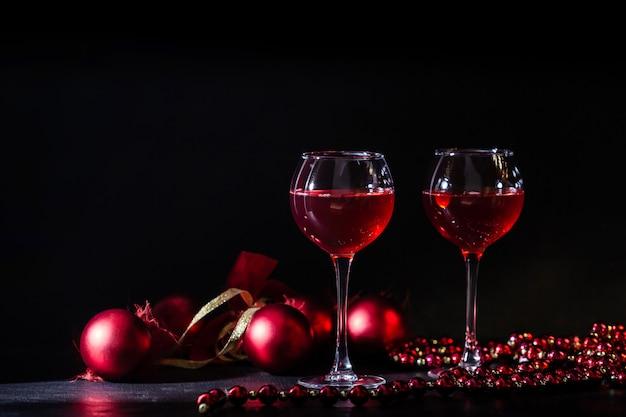 Copo de vinho de frutas vermelhas em uma chave baixa. copie o espaço. decoração de natal.