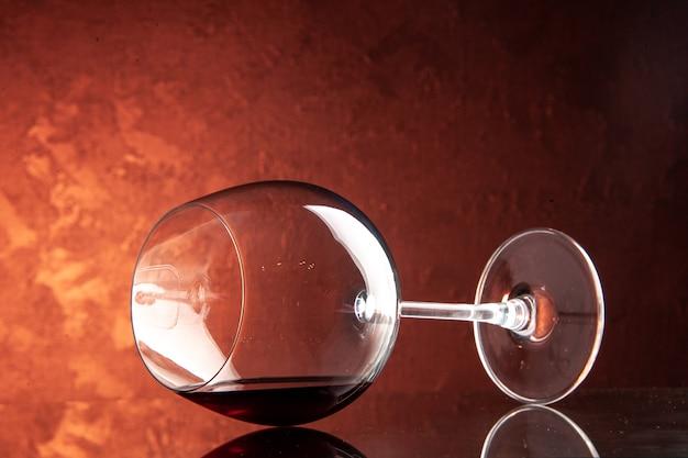 Copo de vinho de vista frontal na cor escura champanhe natal bebida alcoólica