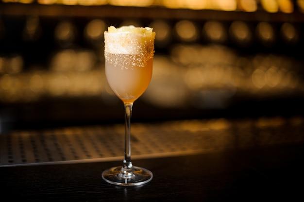Copo de vinho doce cheio de coquetel de conhaque delicioso no balcão do bar