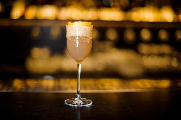 Copo de vinho doce elegante cheio de saboroso coquetel de brandy crusta no balcão do bar