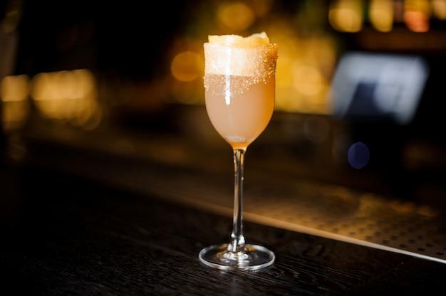 Copo de vinho doce elegante, cheio de um delicioso coquetel de conhaque no balcão do bar