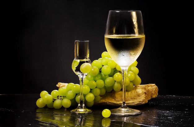 Copo de vinho e grappa