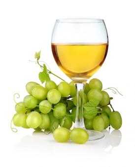 Copo de vinho e uva ramo isolado no branco