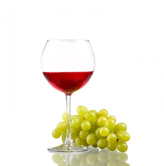 Copo de vinho e uvas, isoladas no branco