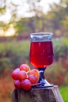 Copo de vinho e uvas nos feriados judaicos amarelos