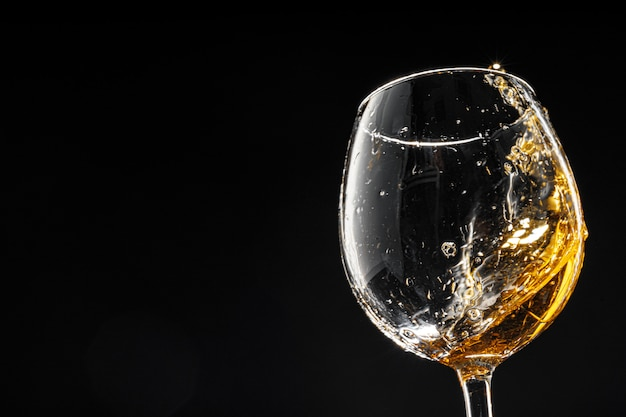 Copo de vinho em preto, close-up