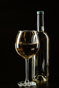 Copo de vinho em um escuro, tiro