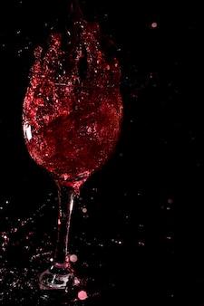 Copo de vinho em um fundo preto.
