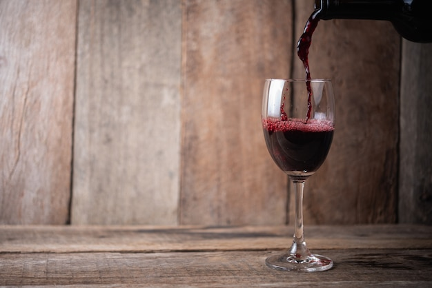 Copo de vinho na madeira