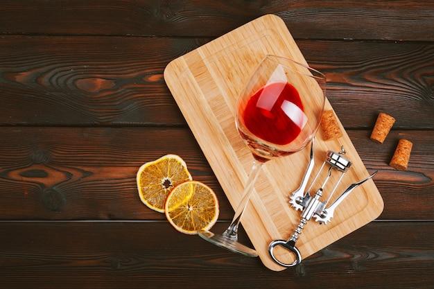 Copo de vinho na mesa de madeira