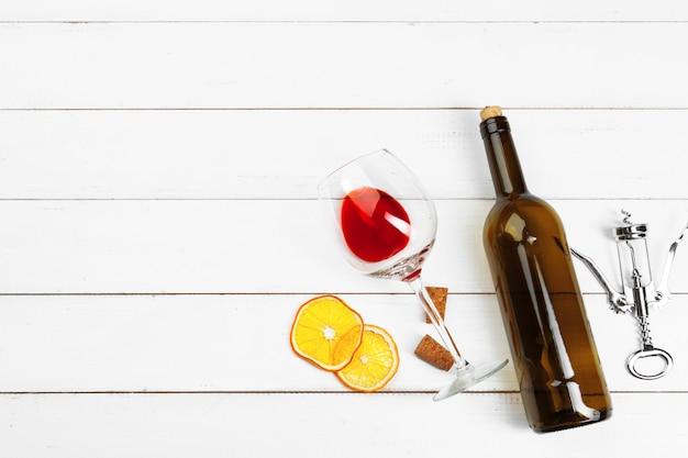 Copo de vinho no fundo de madeira