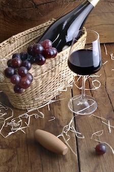 Copo de vinho para degustação na mesa rústica