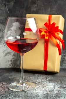 Copo de vinho para presente de frente no escuro